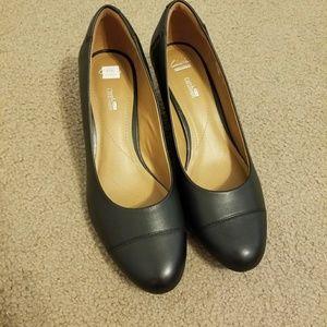 New black heeled shoea